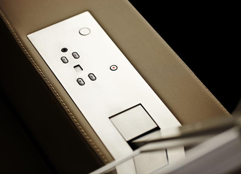 monitor retrattile per braccioli sedia