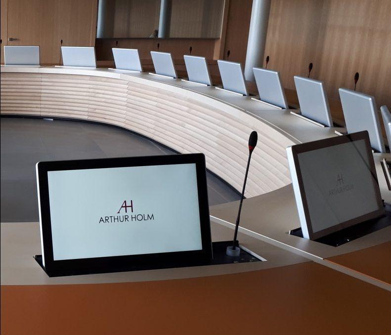 Tavolo completamente operativo con monitor motorizzati