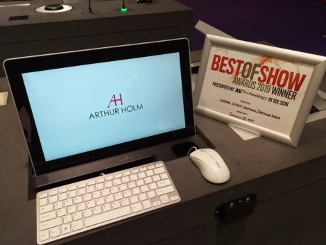 ISE 2019 RETRACTABLE MONITOR