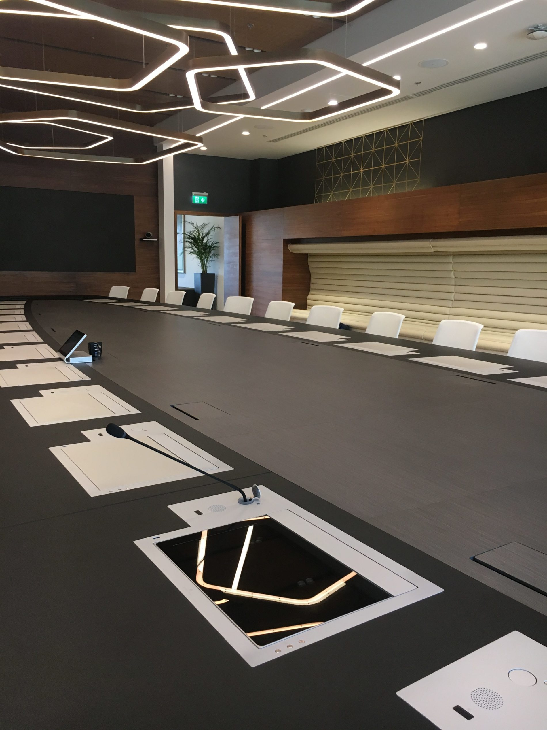 design monitors for meeting rooms
